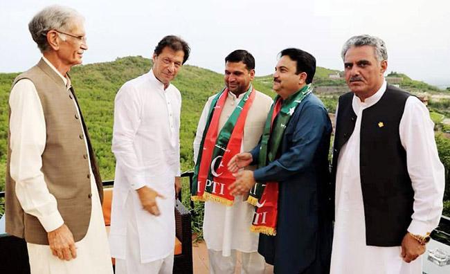 فانا کے سینیٹرز اورنگزیب خان، حاجی فدا اور سجاد طورو وزیر اعظم عمران خان سے ملاقات کر رہے ہیں ، وزیر دفاع پرویز خٹک بھی ہمراہ ہیں