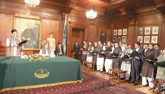 لاہور:۔ قائمقام گورنر پنجاب چوہدری پرویز الٰہی کابینہ اراکین سے حلف لے رہے ہیں، وزیر اعلیٰ عثمان بزدار بھی موجود ہیں
