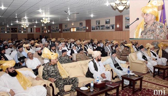 راولپنڈی:۔ جنرل قمر جاوید باجوہ جنوبی وزیرستان کے دورے کے دوران مقامی عمائدین سے خطاب کر رہے ہیں