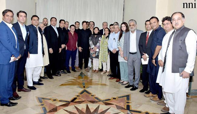 اسلام آباد:۔ وزیر اعظم عمران خان کا ملاقات کرنے والے ٹی وی اینکرز کے ہمراہ گروپ فوٹو