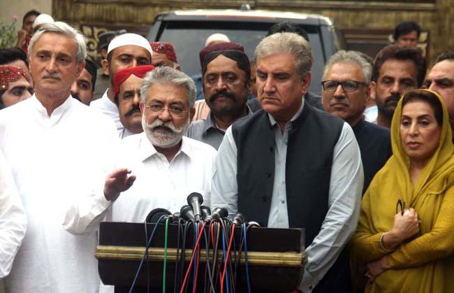کراچی:۔ چیئرمین گرینڈ ڈیموکریٹک الائنس پیر پگارا پریس کانفرنس کر رہے ہیں، جہانگیر ترین، شاہ محمود قریشی ، فہمیدہ مرزا اور عارف علوی بھی نمایاں ہیں
