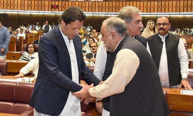 اسلام آباد:۔ نو منتخب سپیکرقومی اسمبلی اسد قیصر نامزد وزیر اعظم عمران خان سے مصافحہ کررہے ہیں