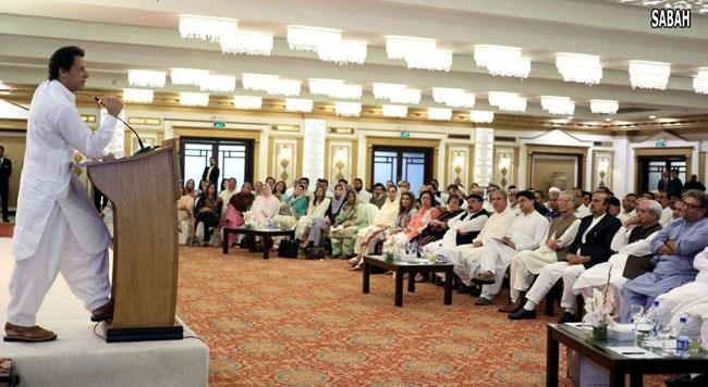 اسلام آباد:۔ وزارت عظمیٰ کے عہدے کیلئے نامزدگی کے بعد عمران خان پارلیمانی پارٹی اجلاس سے خطاب کر رہے ہیں