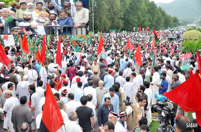 اسلام آباد:۔ متحدہ اپوزیشن کے زیر اہتمام الیکشن کمیشن کے سامنے احتجاجی مظاہرے سے مولانا فضل الرحمان خطاب کر رہے ہیں