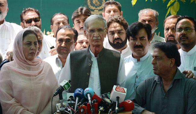 اسلام آباد:۔ پاکستان تحریک انصاف کے مرکزی رہنما پرویز خٹک الیکشن کمیشن آف پاکستان کے باہر میڈیا سے گفتگو کر رہے ہیں
