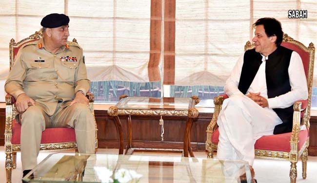 اسلام آباد:۔چیف آف آرمی سٹاف جنرل قمر جاوید باجوہ وزیر اعظم عمران خان سے ملاقات کر رہے ہیں