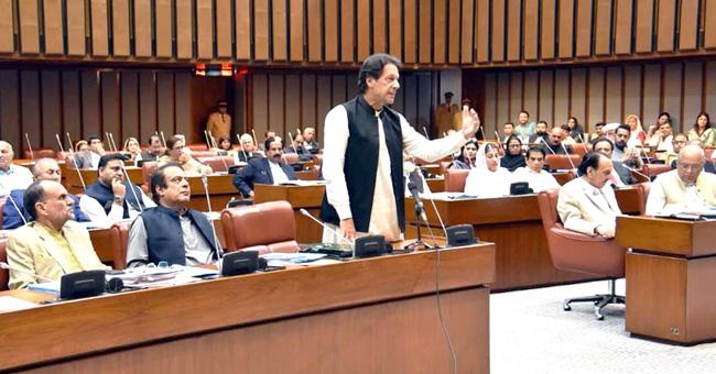 اسلام آباد:۔ وزیر اعظم عمران خان ایوان بالامیں خطاب کر رہے ہیں
