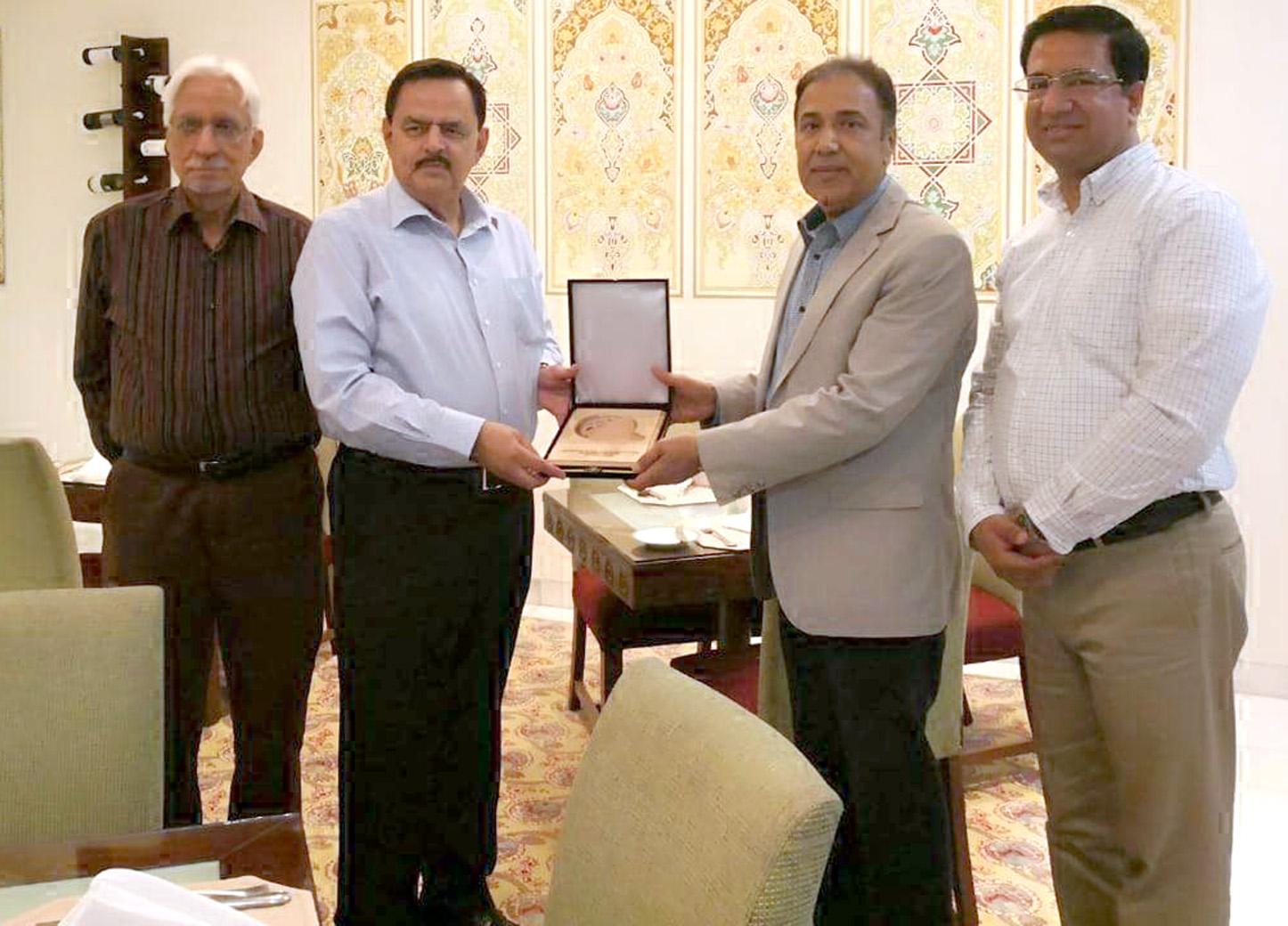 دوشنبے:۔ تاجکستان میں پاکستان کے سفیر طارق اقبال سومرو سی جی ایس ایس کے صدر میجر جنرل(ر) خالد امیر جعفری کو یادگاری شیلڈ پیش کر رہے ہیں، کرنل (ر) تیمور اکرم اور غلام اکبر بھی ہمراہ ہیں