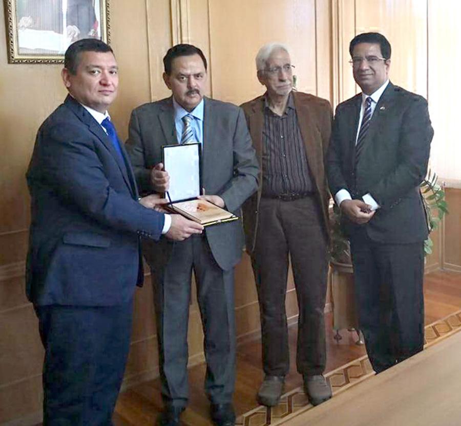 دوشنبے:۔میجر جنرل(ر) خالد امیر جعفری وزارت اقتصادی ترقی و تجارت کے وزیر کو ادارے کی شیلڈ پیش کر رہے ہیں، کرنل خالد تیمور اکرم اور غلام اکبر بھی ہمراہ ہیں