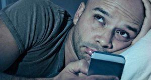 اسمارٹ فون اور ٹیبلٹ کی نیلی روشنی آنکھوں کے لیے تباہ کن قرار