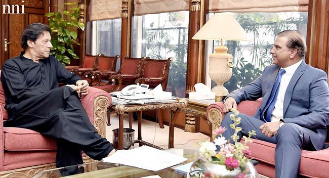 اسلام آباد:۔ وزیر اعظم عمران خان سے چیئرمین واپڈا لیفٹیننٹ جنرل(ر) مزمل حسین ملاقات کر رہے ہیں