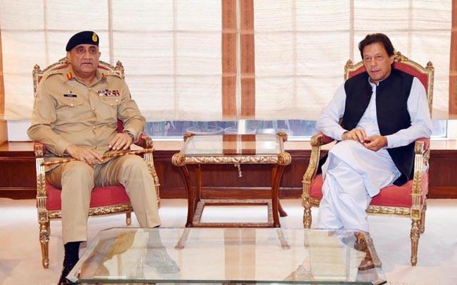 اسلام آباد:۔ وزیر اعظم عمران خان سے آرمی چیف جنرل قمر جاوید باجوہ ملاقات کر رہے ہیں