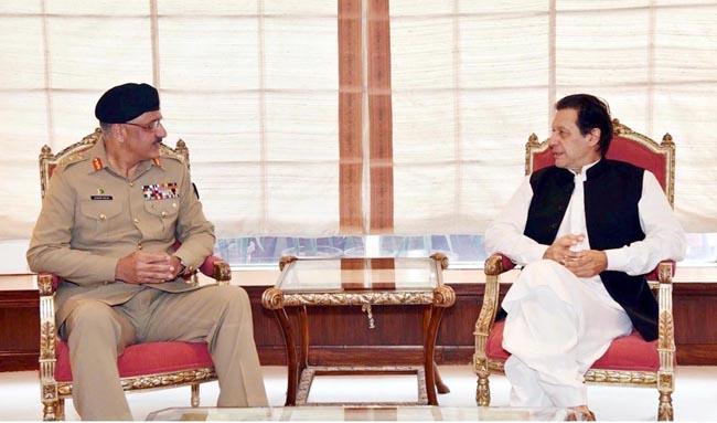 اسلام آباد:۔ چیئرمین جوائنٹ چیفس آف سٹاف کمیٹی جنرل زبیر محمود حیات وزیر اعظم عمران خان سے ملاقات کر رہے ہیں