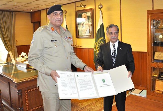 اسلام آباد:۔ چیف آف آرمی سٹاف جنرل قمر جاوید باجوہ چیف جسٹس پاکستان میاں ثاقب نثار کو ڈیمز فنڈ کیلئے ایک ارب 59لاکھ روپے کا چیک پیش کر رہے ہیں