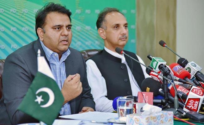 اسلام آباد:۔ وزیر اطلاعات و نشریات فواد چوہدری کابینہ اجلاس میں کئے گئے فیصلوں سے متعلق پریس کانفرنس کر رہے ہیں، عمر ایوب بھی ہمراہ ہیں