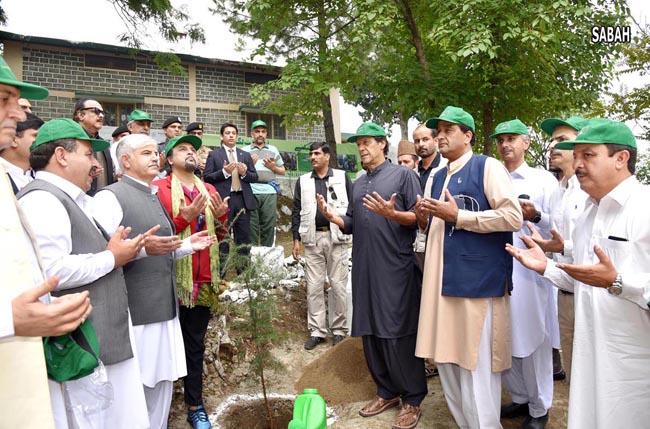 ہری پور:۔ وزیر اعظم عمران خان پودالگا کر ٹین بلین ٹری سونامی کے باضابطہ افتتاح کے بعد دعا مانگ رہے ہیں