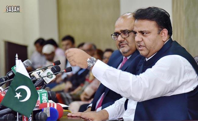 اسلام آباد:۔ وزیر اطلاعات و نشریات فواد چوہدری کابینہ اجلاس میں ہونیوالے فیصلوں سے میڈیا کو آگاہ کر رہے ہیں