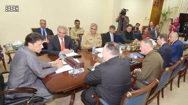 اسلام آباد:۔ وزیر اعظم عمران خان سے امریکی سیکرٹری خارجہ مائیک پومپیو ملاقات کررہے ہیں، آرمی چیف جنرل قمر جاوید باجوہ ، شاہ محمود قریشی بھی نمایاں ہیں