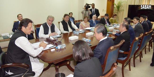 اسلام آباد:۔ چینی سٹیٹ قونصلر اور وزیر خارجہ وانگ ژی اپنے رفقاءکے ہمراہ وزیر اعظم عمران خان سے ملاقات کر رہے ہیں، وزیر خارجہ شاہ محمود قریشی بھی ہمراہ ہیں