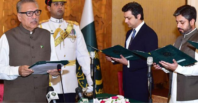 اسلام آباد:۔ صدر ڈاکٹر عارف علوی نئے وزرائے مملکت سے حلف لے رہے ہیں