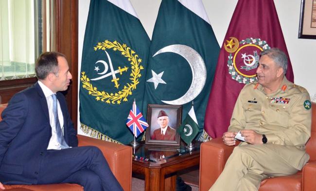 راولپنڈی:۔ آر می چےف جنرل قمر جاوےد باجوہ سے برطانوی ہائی کمشنر تھامس ڈرےو ملاقات کر رہے ہیں