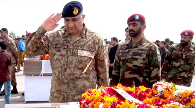 راولپنڈی:۔ شمالی وزیرستان میں شہید ہونیوالے مادر وطن کے سپوتوں کی نما جنازہ کے بعد آرمی چیف سیلو ٹ کر رہے ہیں