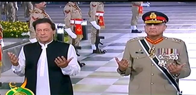 راولپنڈی:۔آرمی چیف جنر ل قمر جاوید باجوہ اور وزیر اعظم عمران خان یادگار شہداءپر پھولوں کی چادرچڑھانے کے بعد فاتحہ خوانی کر رہے ہیں