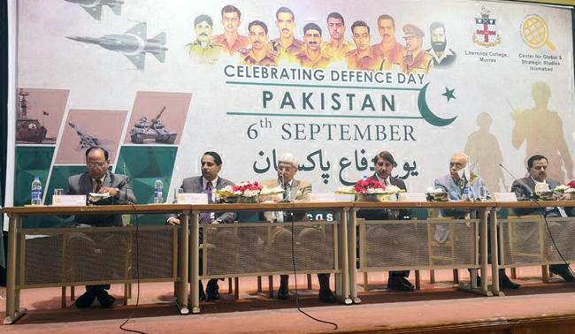 راولپنڈی:۔ سی جی ایس ایس کے زیر اہتمام یوم دفاع پاکستان کے حوالے سے منعقدہ تقریب میں سنٹر کے چیئرمین جنرل(ر) ظہیر الاسلام ، صدر میجر جنرل (ر)سید خالد امیر جعفری و دیگر سٹیج پر تشریف فرما ہیں