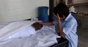 بھارت میں معصوم بچے کی باپ کی لاش کیساتھ دلخراش تصویروائرل، 5 ملین امداد جمع