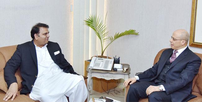 اسلا م آباد:۔ پاکستان میں مصر کے سفیر فدل احمد یعقوب وزیر اطلاعات فواد چوہدری سے ملاقات کر رہے ہیں