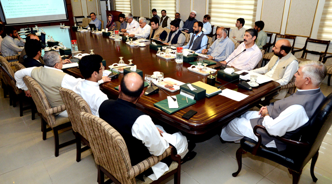 پشاور۔ وزیراعلیٰ خیبرپختونخوا محمود خان کو 100 روزہ ایجنڈے پر عملدرآمد کے بارے میں بریفنگ دی جا رہی ہے