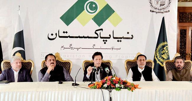 """اسلام آباد:۔ وزیر اعظم عمران خان""""نیا پاکستان ہاﺅسنگ پروگرام"""" کی افتتاحی تقریب سے خطاب کر رہے ہیں"""