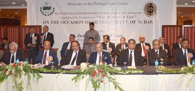 لاہور:۔ سپریم کورٹ بار ایسوسی ایشن کی تقریب میں چیف جسٹس پاکستان میاں ثاقب نثار ، چیف جسٹس لاہورہائیکورٹ جسٹس یاور سعید اور بار کے نمائندے سٹیج پر موجود ہیں