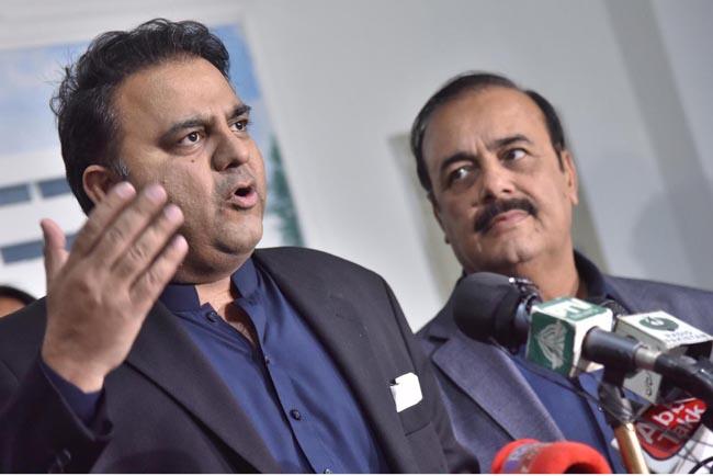 اسلام آباد:۔ وفاقی وزیر اطلاعات و نشریات فواد چوہدری کابینہ اجلاس میں کئے گئے فیصلوں بارے میڈیا کو آگاہ کر رہے ہیں