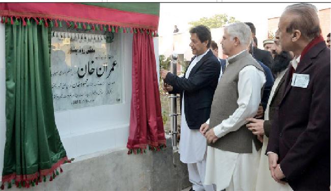 پشاور:۔ وزیر اعظم عمران خان اوروزیر اعلیٰ محمود خان نئے شیلٹر ہوم کا افتتاح کررہے ہیں