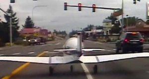امریکا میں طیارے کی مصروف سڑک پر ہنگامی لینڈنگ، ویڈیو وائرل